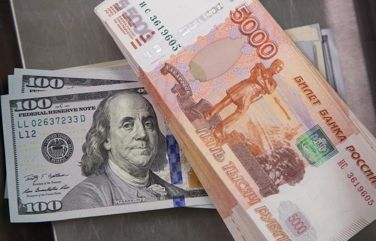 Курс валют: стоимость доллара взлетела до76 руб.