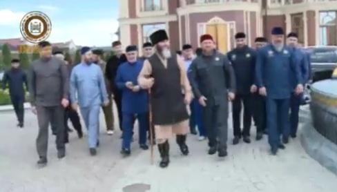 Кадыров возглавил шествие «Бессмертного полка» вГрозном