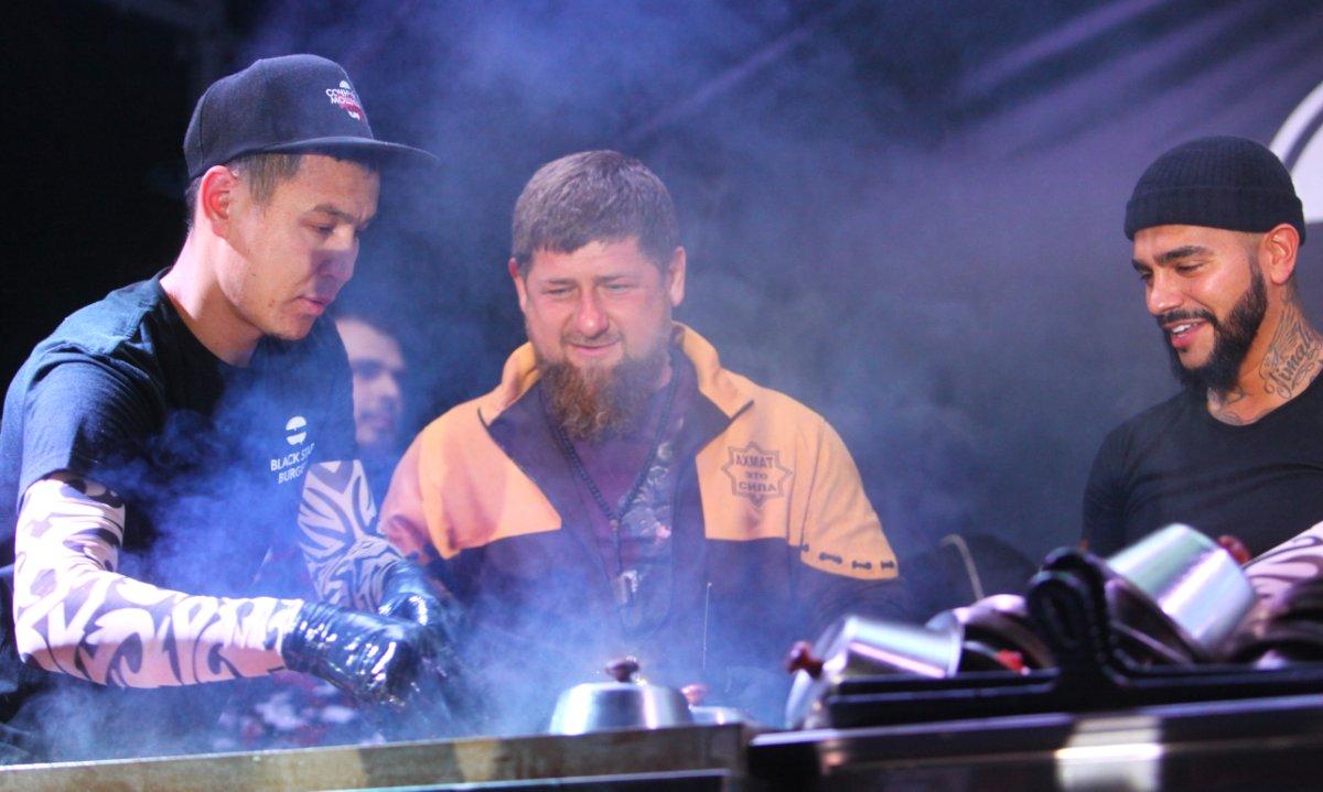 Кадыров иТимати накормили граждан Грозного бургерами