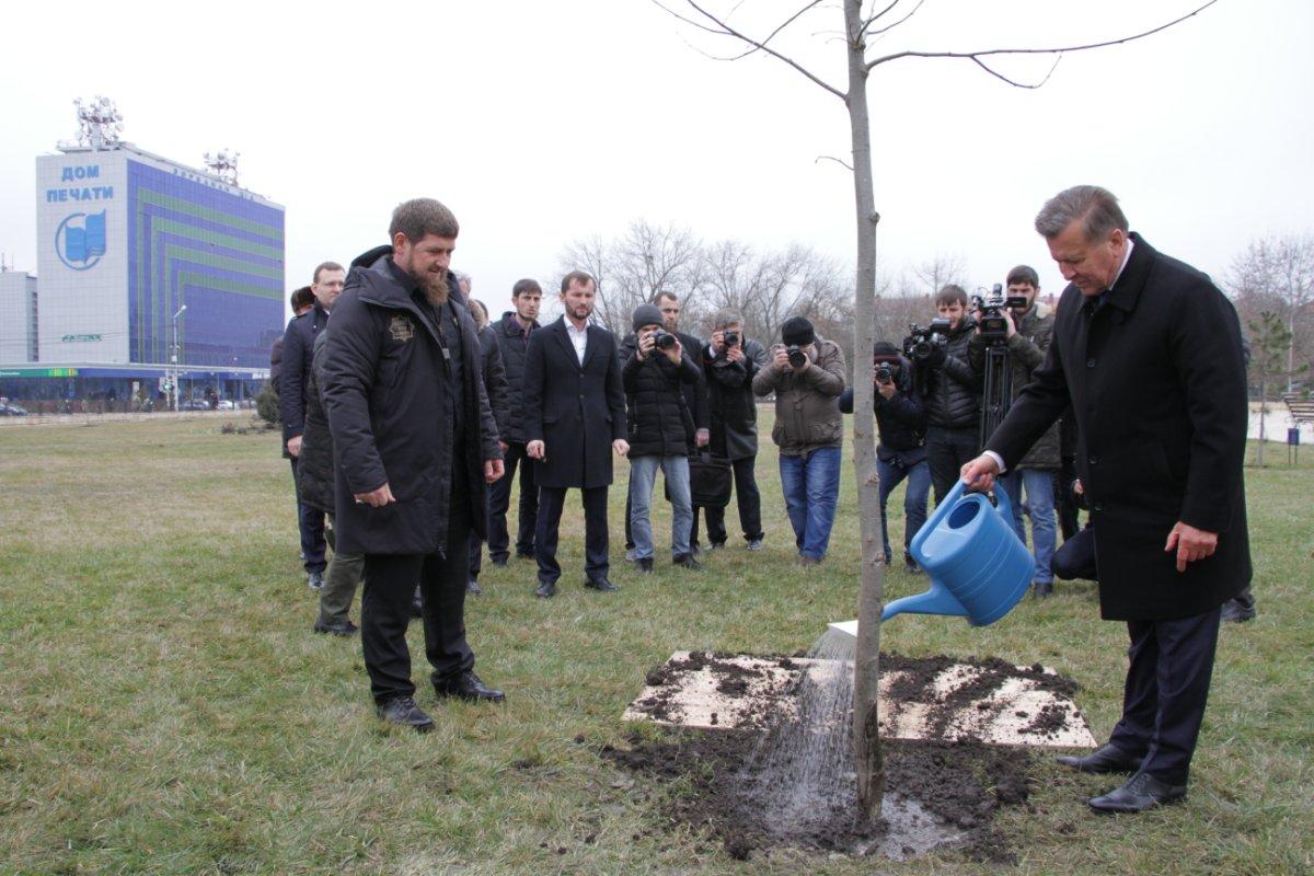 Прибывший в Грозный председатель Совета директоров ПАО «Газпром» В. Зубков возложил цветы к обелиску Ахмата-Хаджи Кадырова