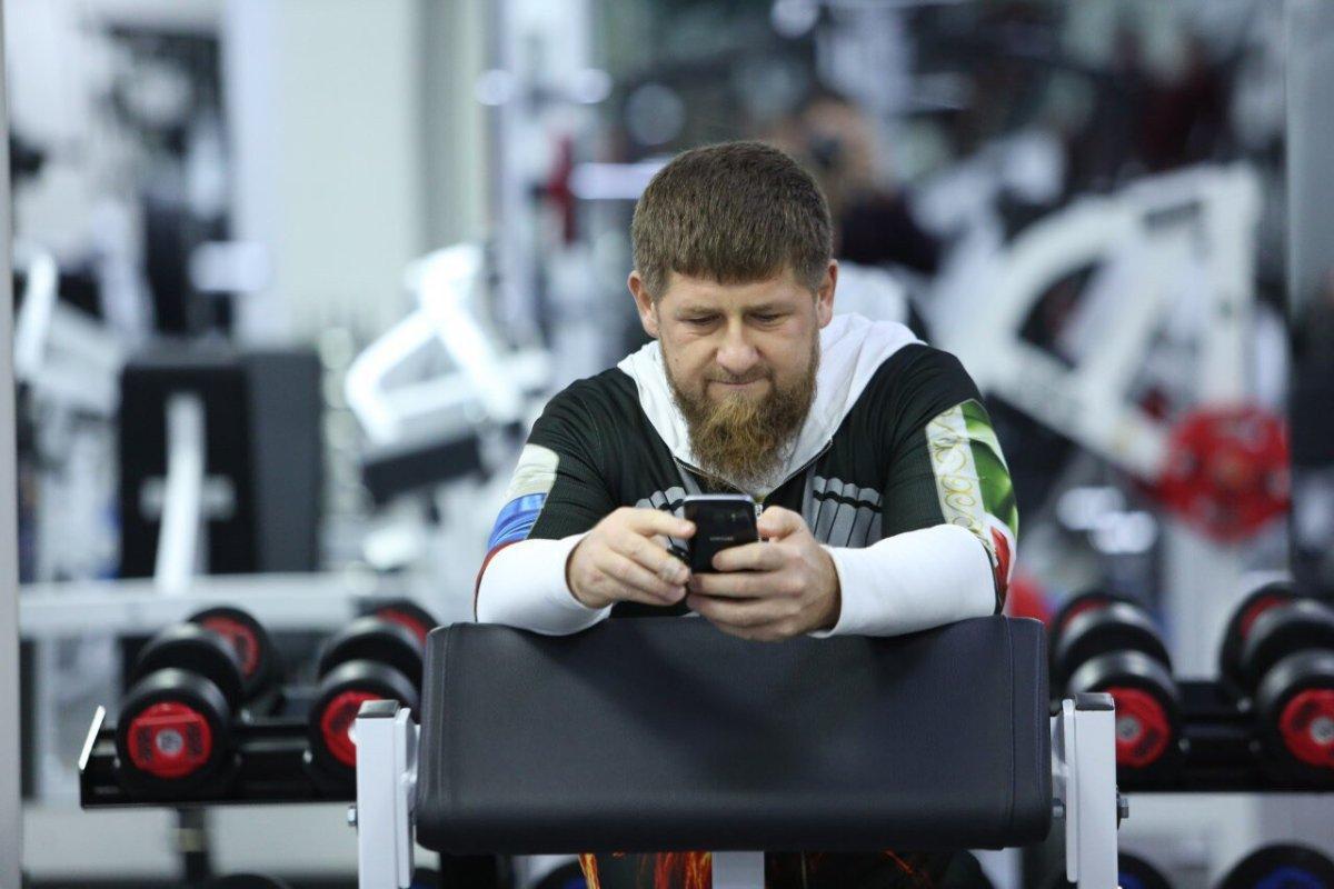 «Молодцы, что выдумали стикеры». Кадыров встал назащиту Telegram