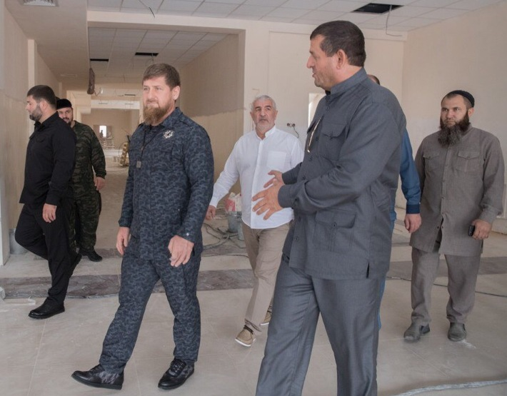 Глава Чечни проверил ход строительных работ в селе Илсхан-Юрт