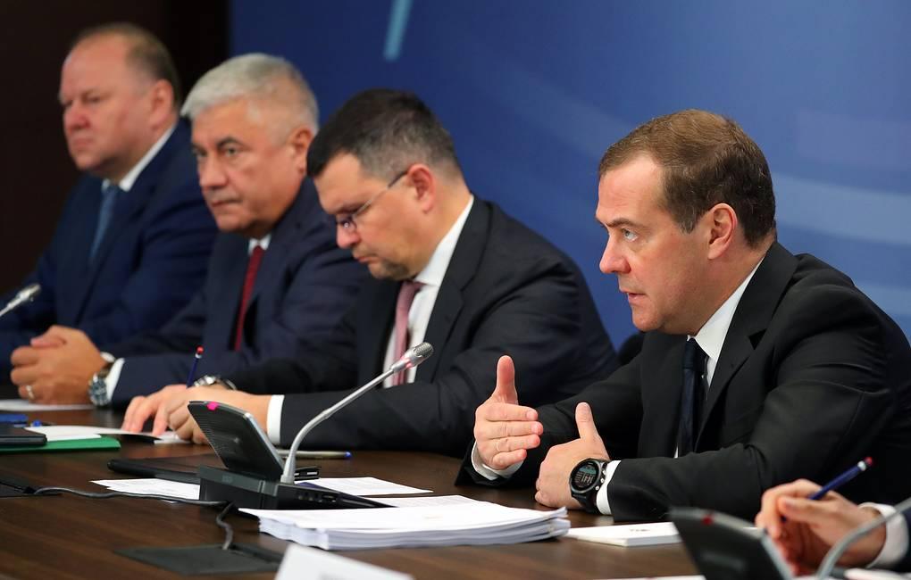 Медведев посетовал, что исполнение многих поручений Путина затягивается на годы