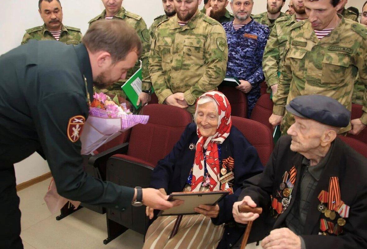 ЧЕЧНЯ. В Грозном военнослужащие встретились с ветеранами Великой Отечественной войны